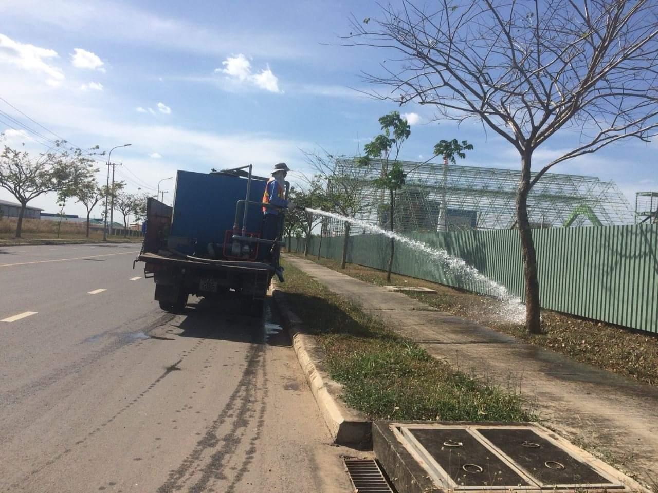 Tưới nước bằng phương tiện chuyên dụng
