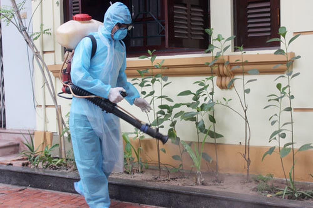 Nhân viên An Khang phun thuốc diệt côn trùng tại nhà ở Bình Dương